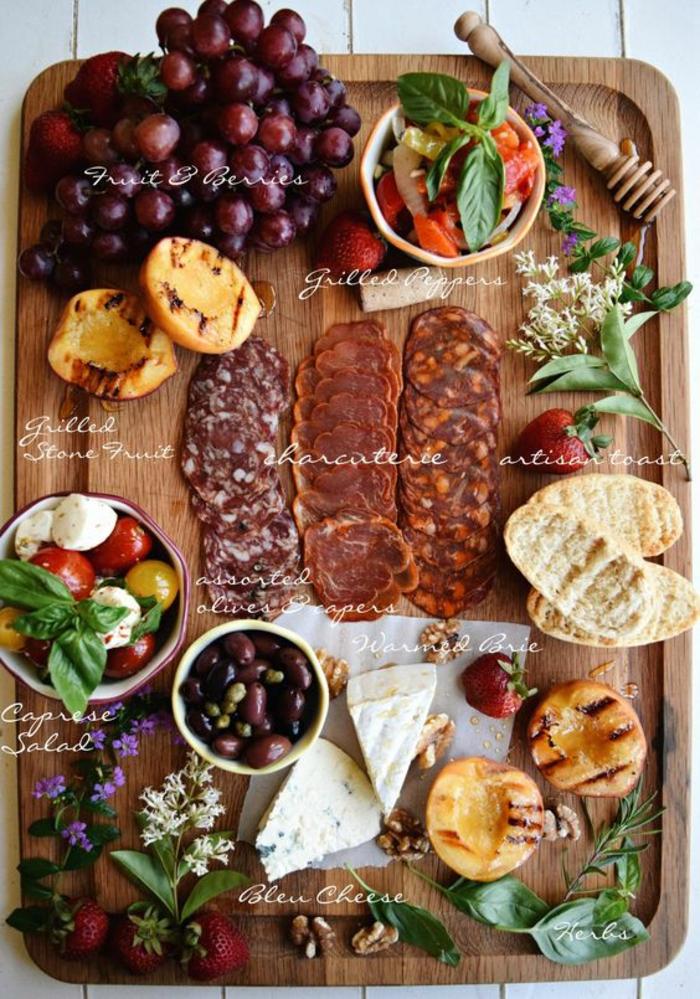 comment préparer un antipasti italien, charcuterie espagnole et italienne, une variété de fromages
