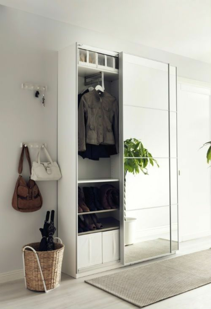 decoration hall de maison avec armoire à portes coulissantes au grand miroir en hauteur