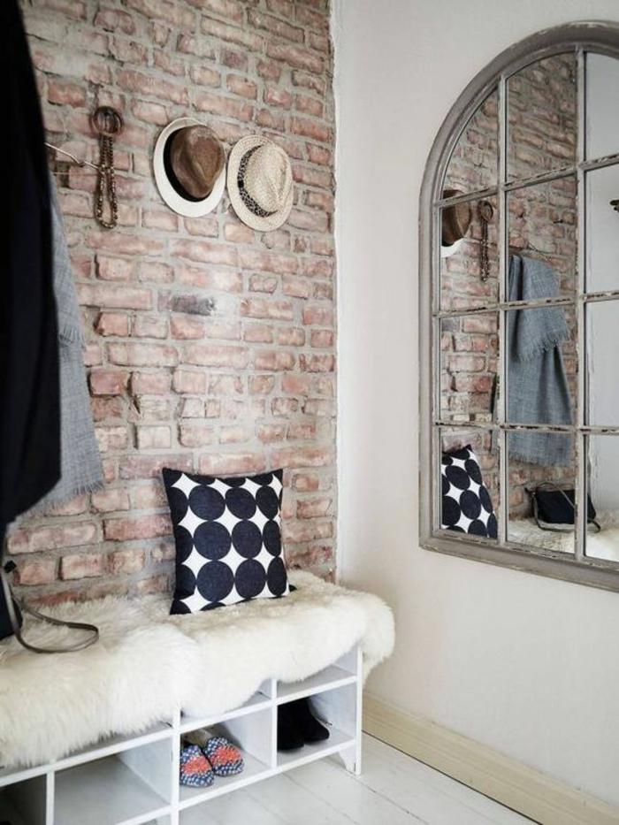 idee deco hall d entree maison avec couverture blanche en peluche poils longs et des espaces rangement pour les chaussures