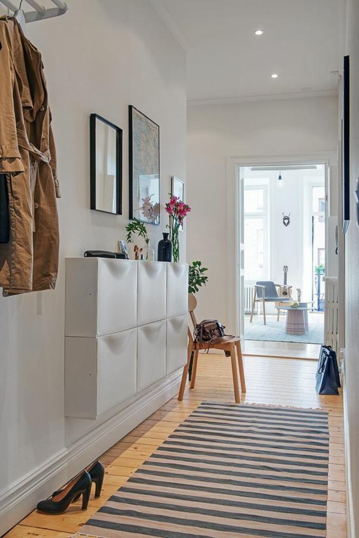amenagement hall entree avec des grands tiroirs blancs ouvrables du haut en bas