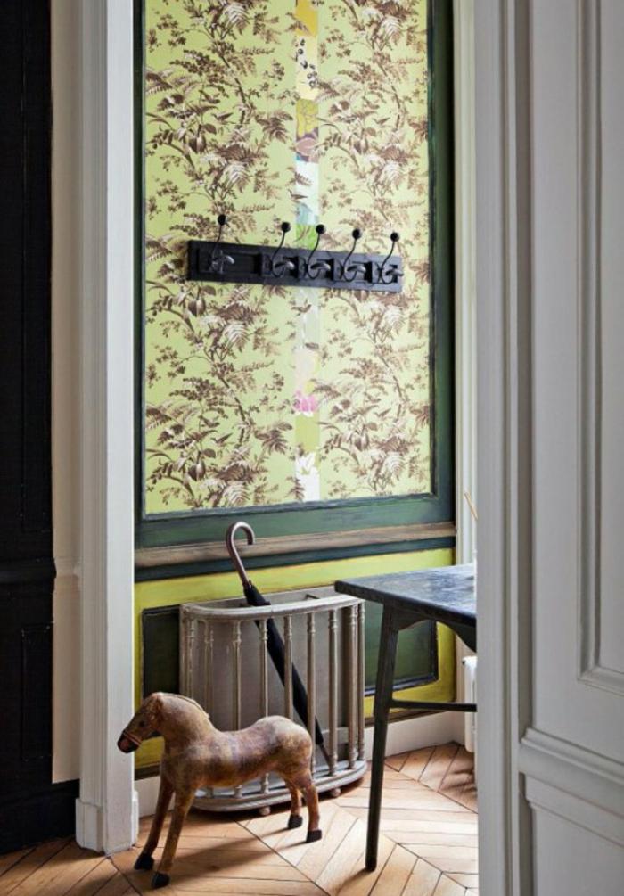 idee deco hall d entree maison avec un mur au tissu coloré dans un style classique et porte-manteaux noir en métal
