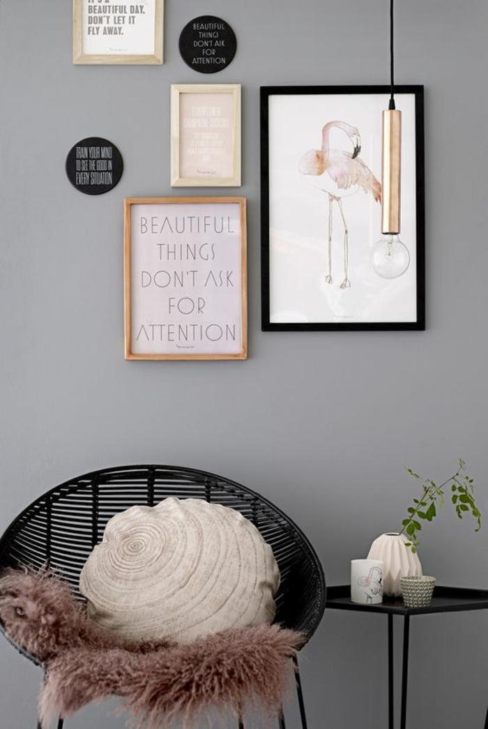 decoration hall d entree avec chaise tressée en noir et des tableaux aux cadres en couleur foncée et claire