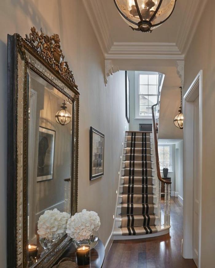 idee deco hall d entree maison avec grand miroir classique dans l'esprit du classicisme