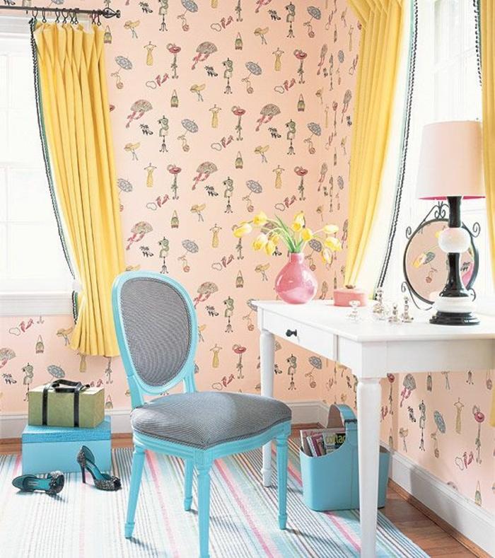 comment aménager une chambre à coucher femme, papier peint rose rose à motifs féminins, chaise bleue, coiffeuse blanche, bouquet de tulipes jaunes, tapis à rayures