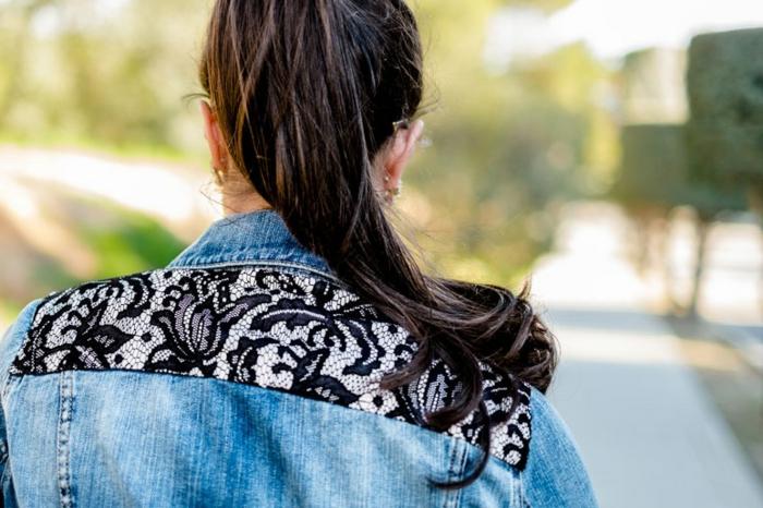 idée comment customiser une veste en jean, deco dentelle noire sur le dos, personnaliser un vetement
