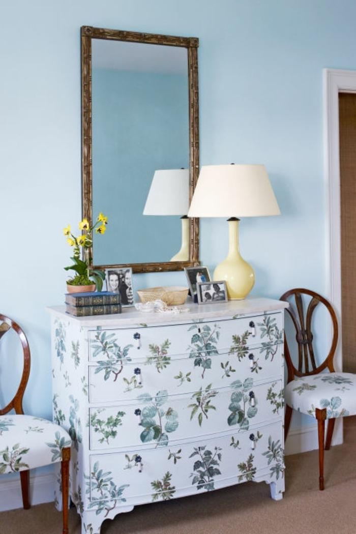 idée comment customiser un meuble, motifs floraux, technique decoupage, idée recyclage commode vintage, idée créative
