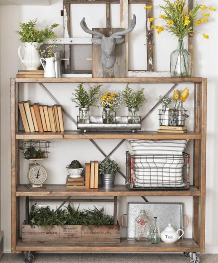 deco cadre vide, vintage, une étagère mobile à roulettes, bouquins, plantes vertes, réveil retro, coussin à rayures grises, plateau de service, decoration style champetre chic