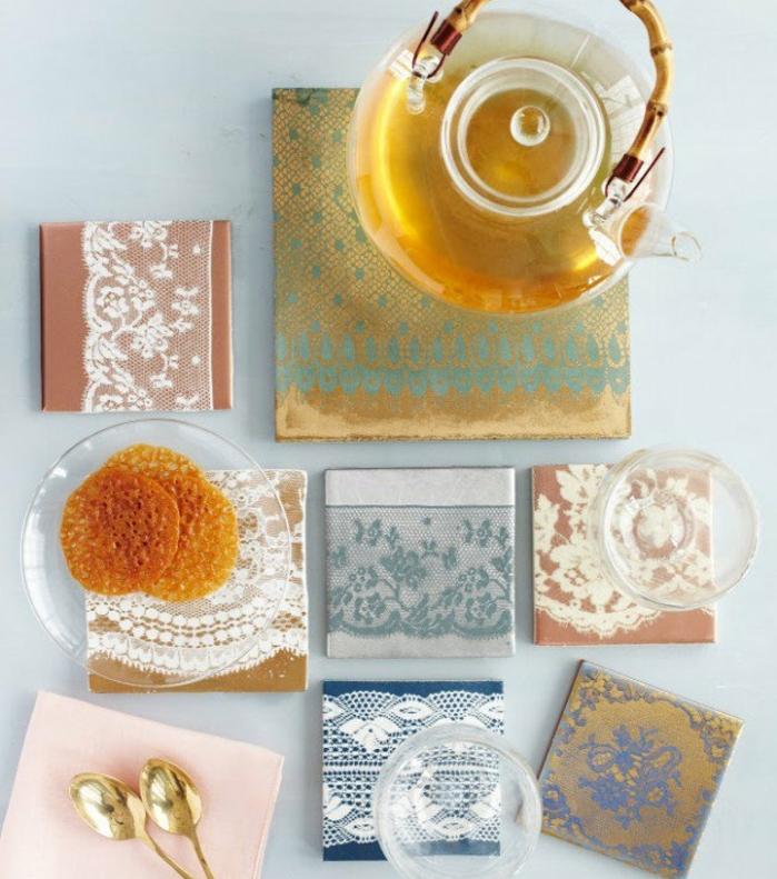 des carreaux customisés de dentelle, idée comment fabriquer un sous verre original, cadeau pour maman, thé, verres