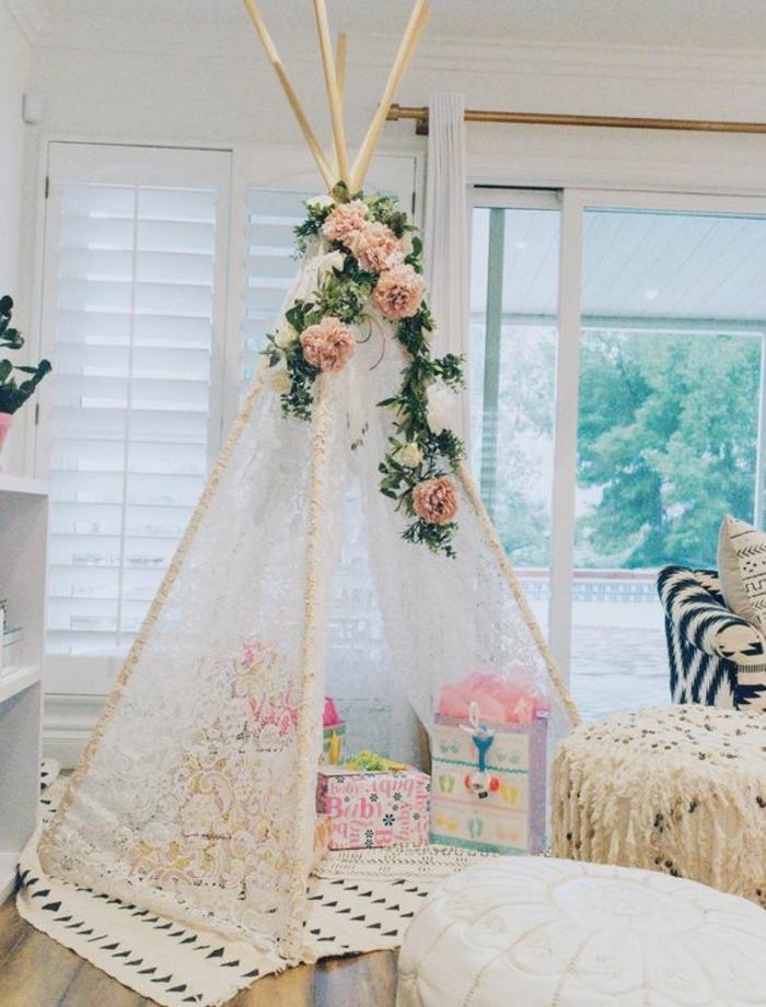 deco dentelle dans la chambre enfant, un tipi enfant romantique, deco florale, roses, jouets enfant fille