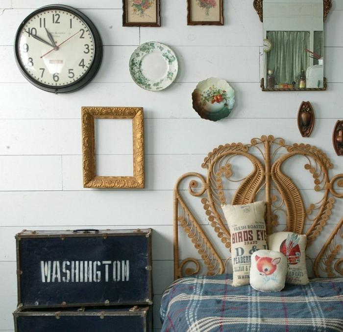 deco cadre vide vintage à côté de vaisselle shabby chic, dessins floraux, horloge vintage et miroir, malles en métal, lit design intéressant