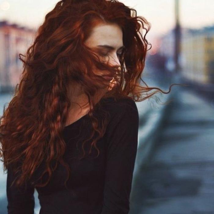 Idée couleur de cheveux bordeau belle coiffure femme bouclé trop jolie