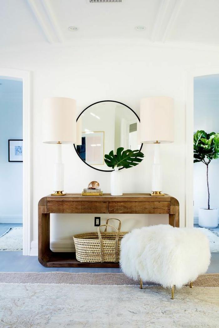 hall entrée maison avec un tabouret style pouff en blanc et miroir rond avec deux lampadaires en tissu rose ambiance glamour