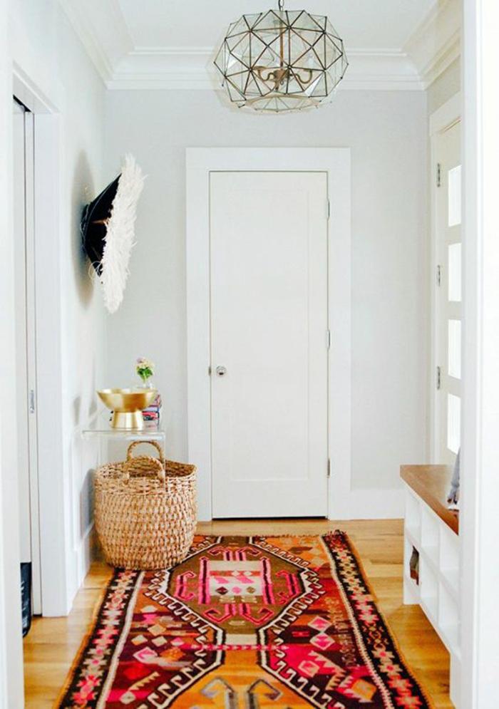 aménagement hall d'entrée maison avec tapis hyper coloré et accents de style bohème