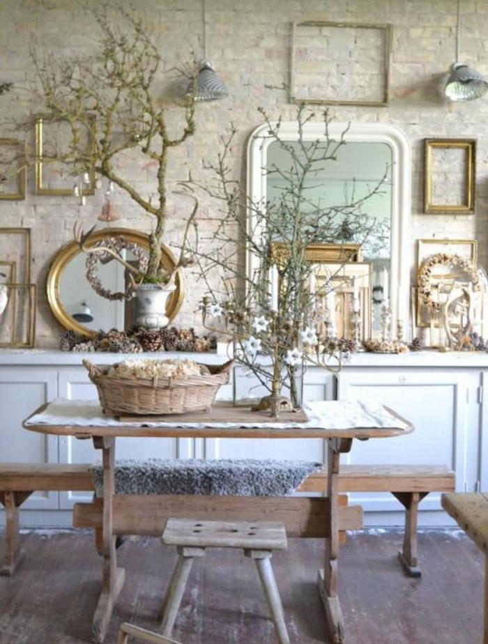 deco salle a manger campagne chic, table et banc en bois, panier, mur en briques, branches decoratives, miroirs et cadres vides, habiller un mur