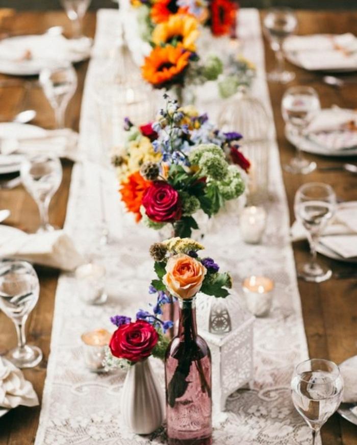 chemin de table en dentelle, idee deco mariage, des bouteilles en verre transformées en vases de fleurs, bouquets multicolores