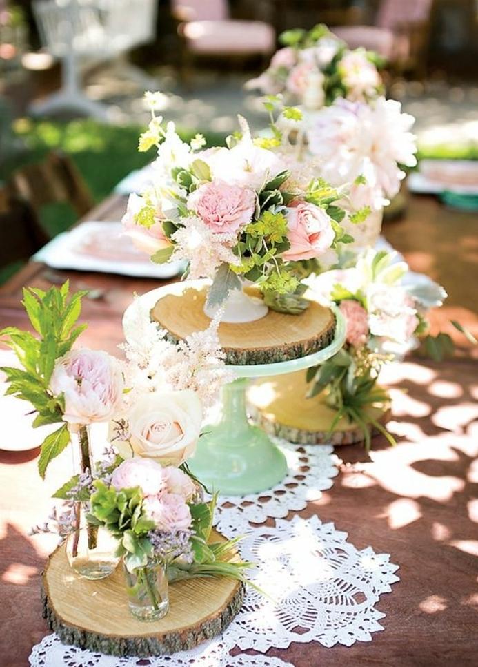idee deco mariage champetre chic, table en bois rustique, des rondelles en bois decoratifs, chemin de table en napprons dentelle, petits bouquets de fleurs