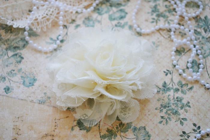 idée décoration mariage à faire soi meme, fleur blanche en dentelle, perles, projet bricolage facile et rapide