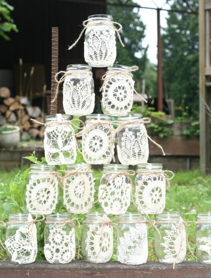 idée décoration mariage avec des bocaux en verre, customisés de dentelle blanche, et ficelles, composition decorative mariage champetre chic