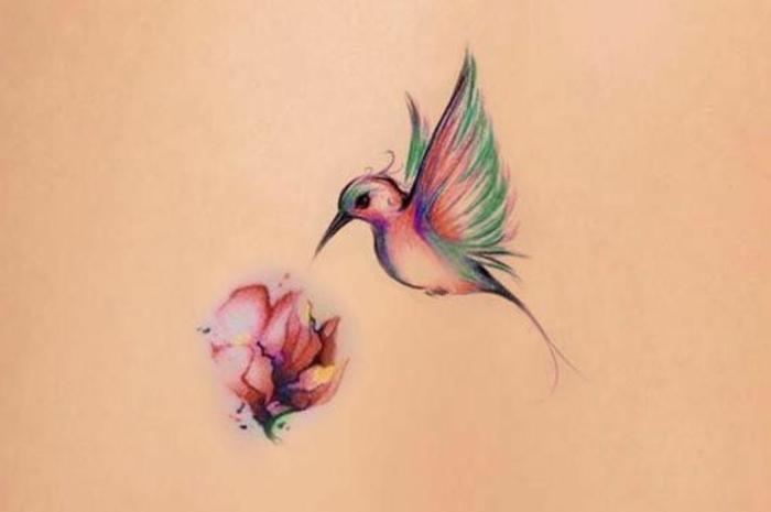 Quel tatouage plume oiseau tatouage femme bras coloré tatouage