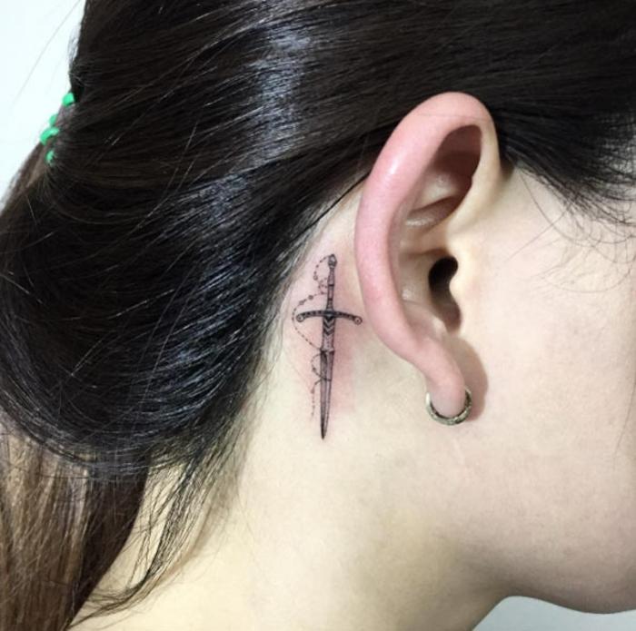 Endroit tatouage femme idée tatouage femme oreille magnifique