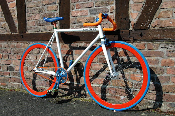 idée couleur conversion fixie cadre blanc roue rouge