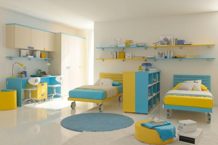 deco scandinave dans la chambre enfant, bureau, lits en jaune et bleu, revêtement sol et murs blanc, étagères, armoires en bois