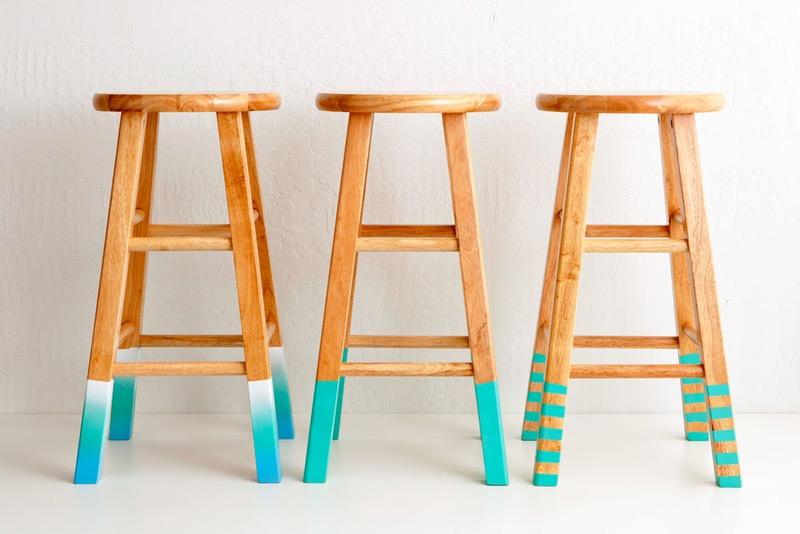 idée comment customiser un meuble en bois, des tabourets aux pieds repeints, effet ombré, activité manuelle adulte