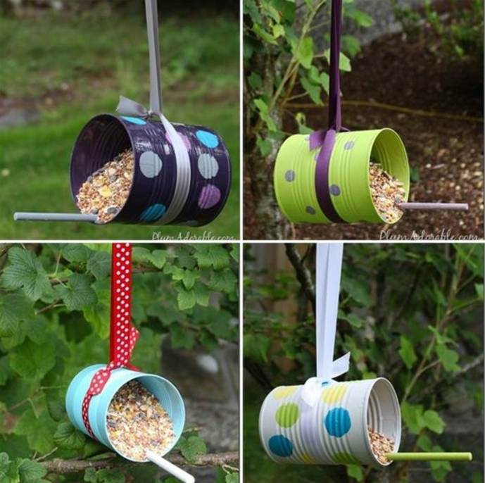mangeoire oiseaux en boite de conserve repeinte de couleurs diverses, motifs points, boites suspendues à un ruban, recyclage boite de conserve
