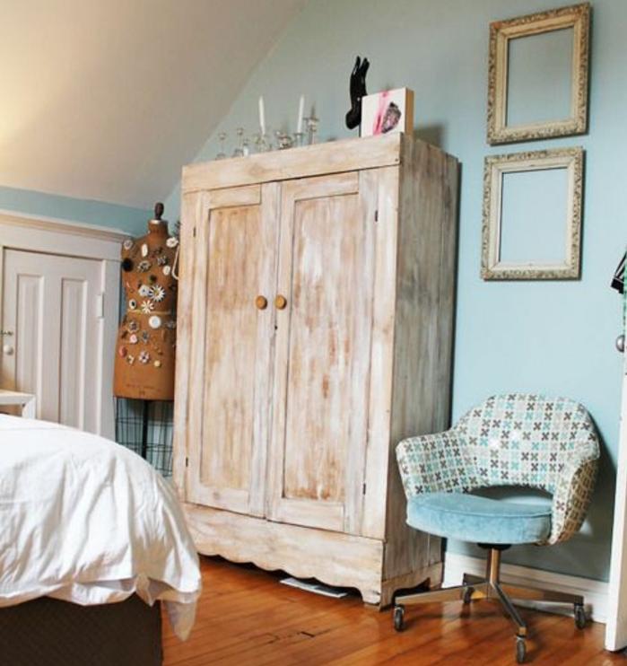 idee deco chambre a coucher vintage, armoire patiné, mur couleur bleue, chaise en bleu, gris et blanc, parquet en bois marron, lit, habiller un mur de deux cadres