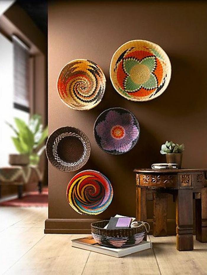 hall dentre maison avec des plats en paille hyper colors et petite table classique
