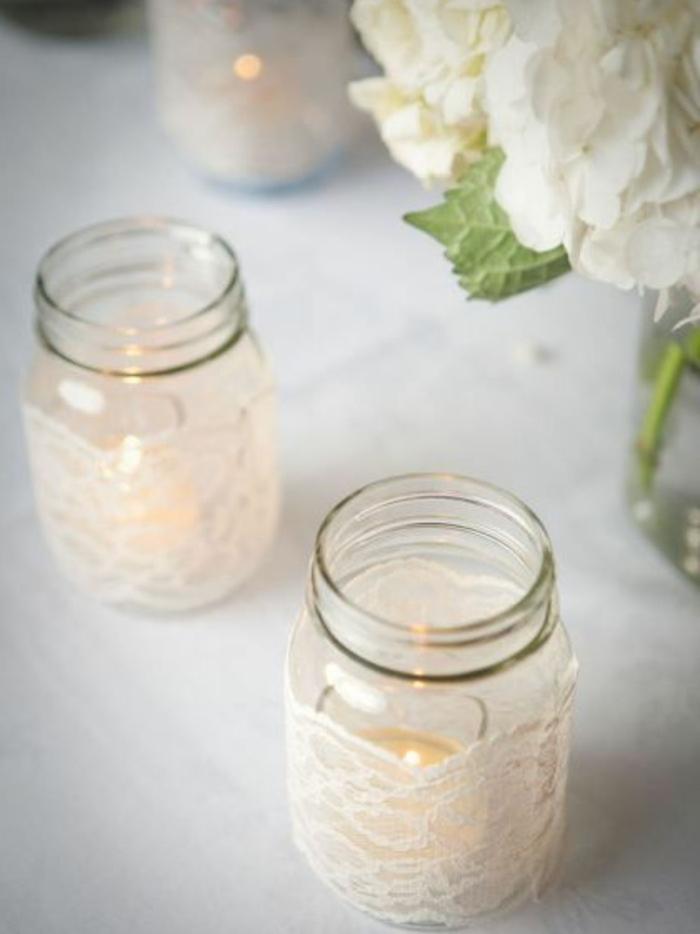 des bougeoirs fabriqués à partir de bocaux en verre, customisés de tissu dentelle, idee deco mariage boheme chic