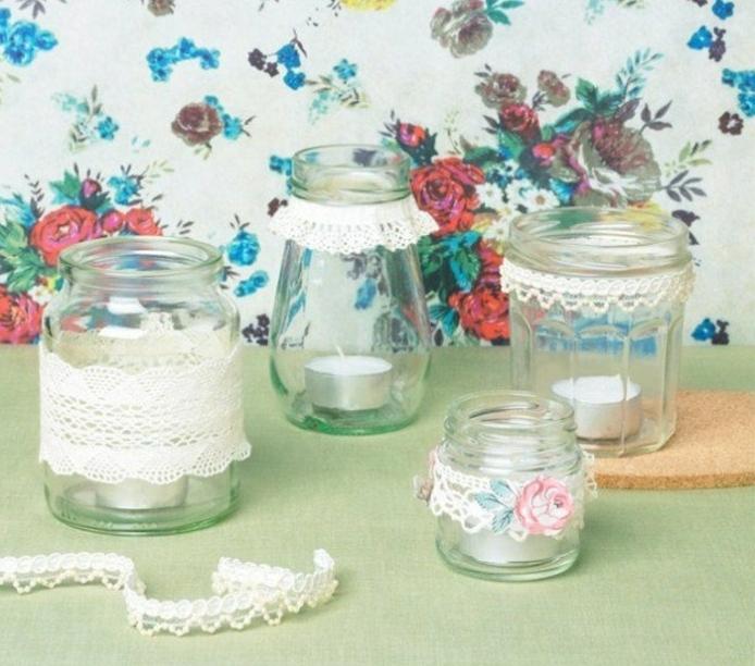 idée décoration mariage, bocaux en verre, remplis de bougies, bandes de dentelle décoratives, papier peint shabby chic