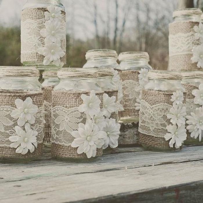 composition decorative de bocaux de verre, customisés de ficelle, fleurs en tissu, toile de jute, dentelle blanche, idee deco mariage