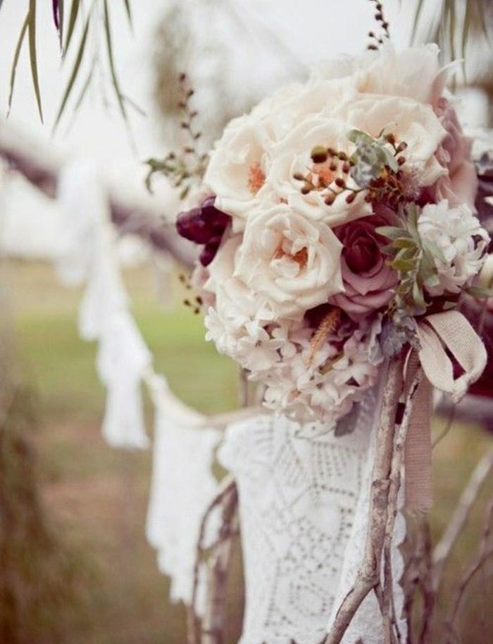idée décoration mariage champetre chic, bouquet de roses et une guirlande de chutes de dentelle, deco exterieur