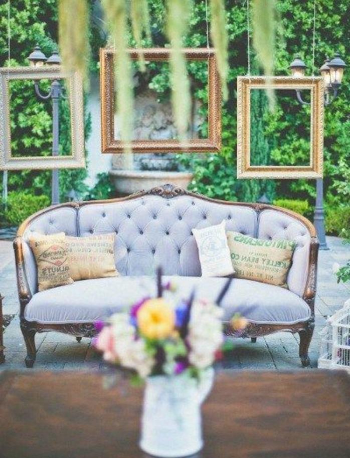 deco cadre vide, trois cadres suspendus, canapé gris baroque, bouquet de fleurs, plantes vertes, table rustique, idee deco mariage champetre chic