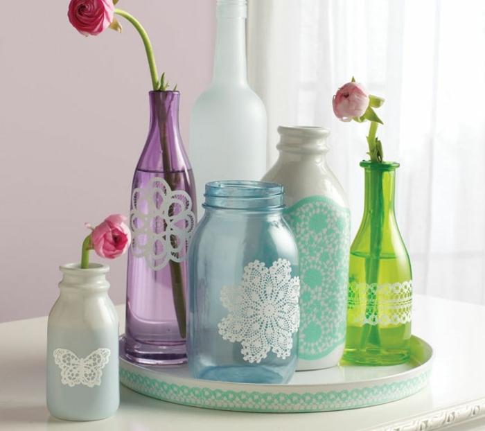 deco dentelle, comment customiser pot, bouteille en verre, motifs en dentelle blanche, fleurs fraiches