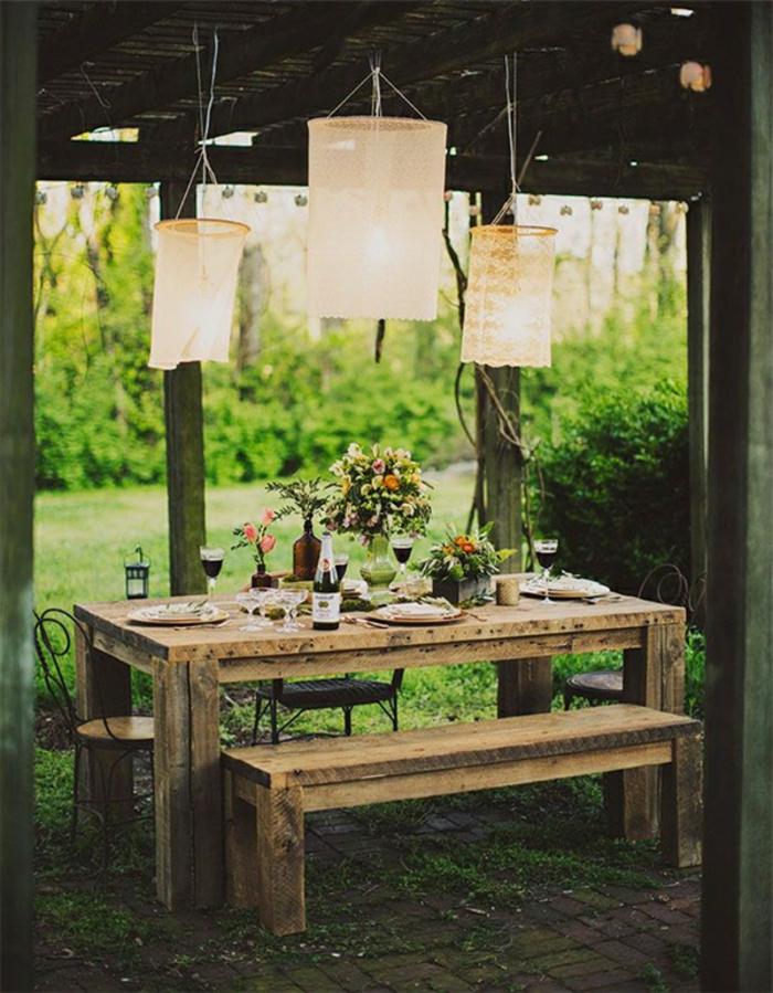 idee deco mariage, des suspensions en dentelle vintage, au dessus d une table rustique, banc en bois, bouquets de fleurs