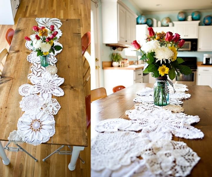 idée décoration mariage, table rustique, chemin de table blanc en dentelle, des napperons assemblés, bouquet de fleurs dans un vase