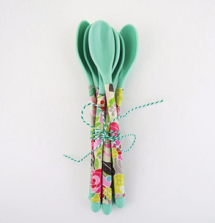 découpage réalisé sur des cuillères en plastique, activite manuelle projet de bricolage facile, cadeau fete des meres