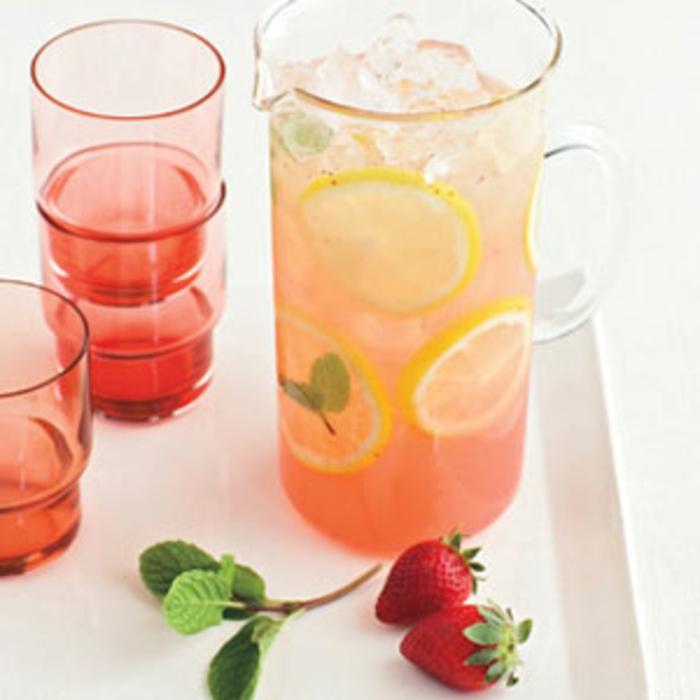 idee pour pique nique boisson rafraichissante, eau, sucre, jus de citron et fraises, menthe, rondelles de citron et glacons, recette pique nique facile
