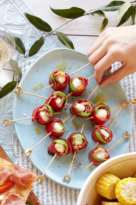 recette pique nique, brochette salée, poivron cuit, petits boules de mozzarella et bacon, picnic plage suggestion repas facile à préparer