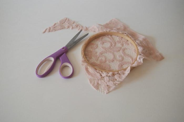 idée comment faire un attrape reve, deco dentelle, glisser la dentelle rose entre les deux anneaux de la tambour à broder