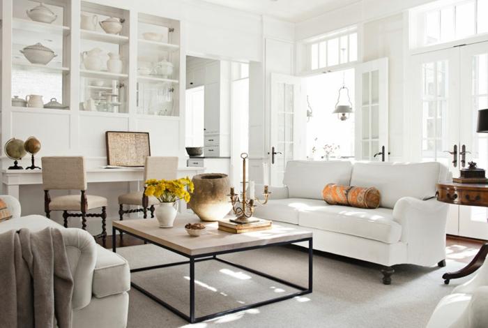 deco sejour campagne chic, canapé blanc, chaises gris perle. table en bois et metal, vaisselier blanc, caisselle blanche, vase decorative