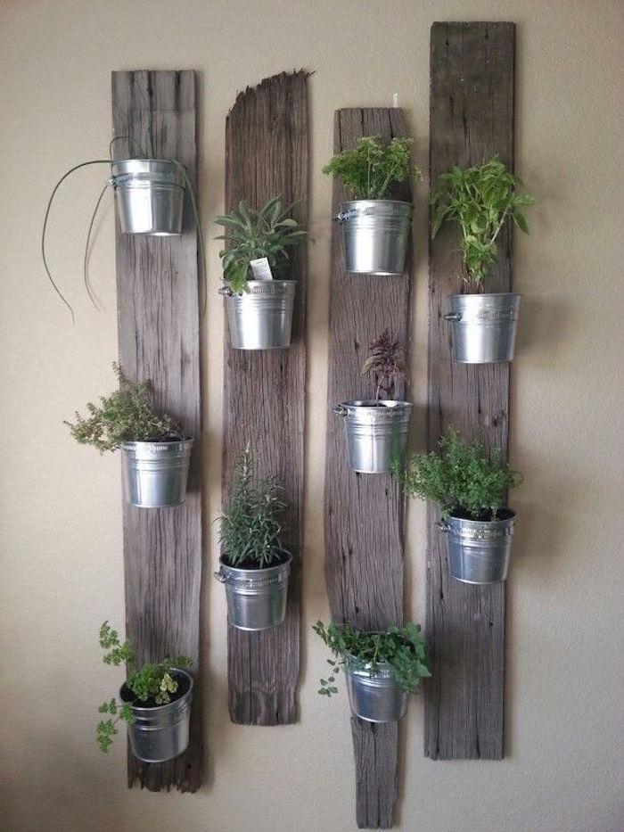 planches en bois accrochées au mure comme support de petits pots de fleurs et plantes pour déco cuisine