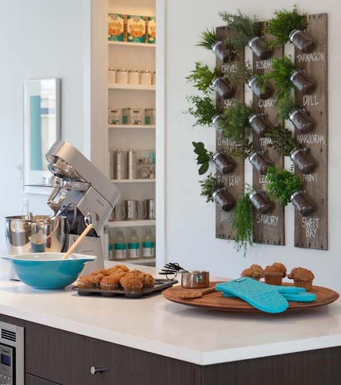fabriquer jardiniere interieure maison avec bocaux verre et planches murales