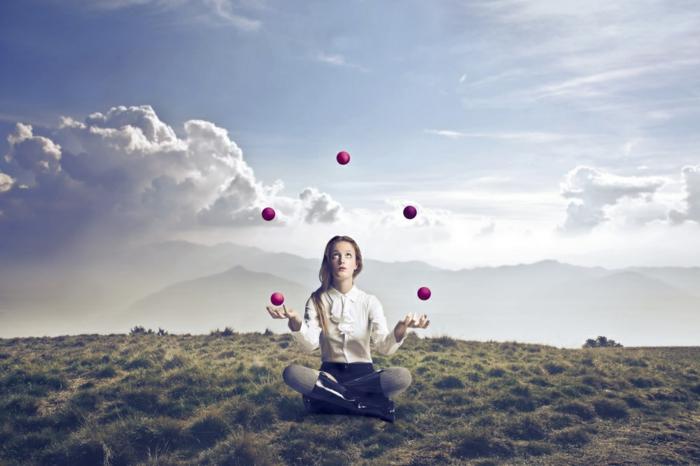 trucs à faire quand on s ennuie, comment jongler, fille blonde, chemise blanche, ciel avec nuages, apprendre a jongler