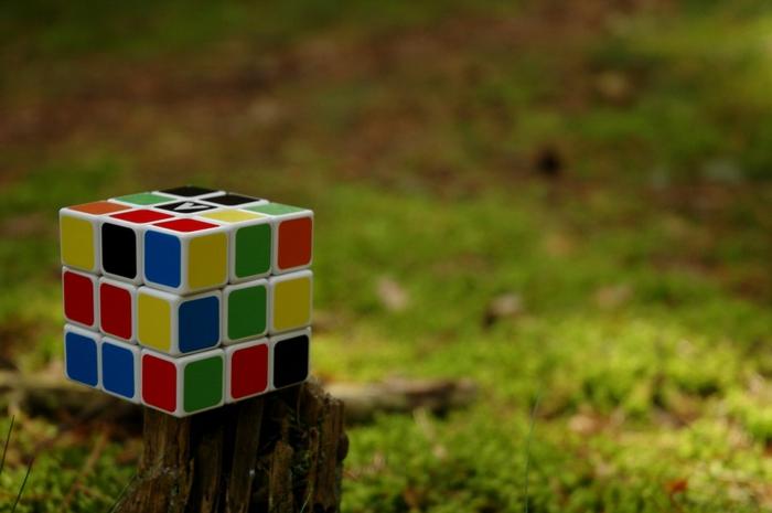 que faire pendant les vacances quand on s ennuie, solution rubik's cube, nature verte, technique rubik's cube, gazon, comment faire le rubik's cube