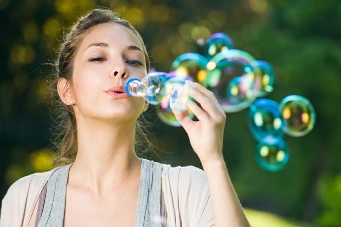chose a faire quand on s ennuie, bulle de savon, comment faire des bulles de savon, fille, gilet beige, recette bulle de savon