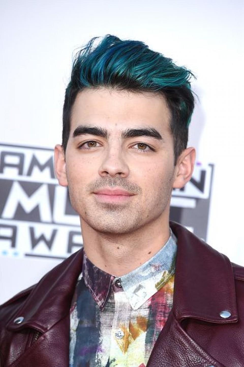 coupe garcon, joe jonas, mèche coloré en bleu, cotés rasés, idée de coupe de cheveux homme dégradé