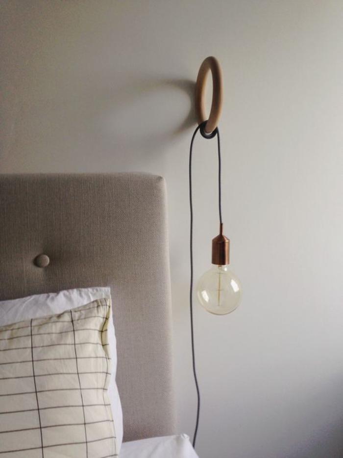 crochet en bois comme support de la suspension chevet à ampoule dénudée
